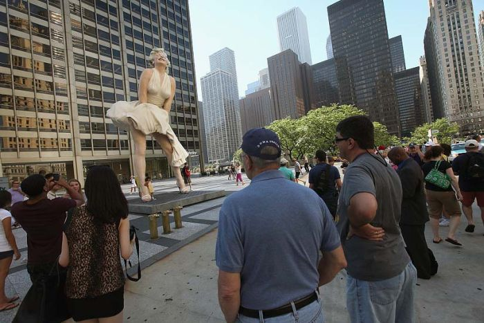 Marilyn Monroe Sculpture In Chicago (11 pics)
