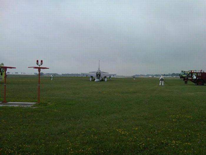 F-16 Landing Mishap (24 pics)