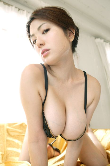 Sexy Girls With Natural Breasts (49 pics)