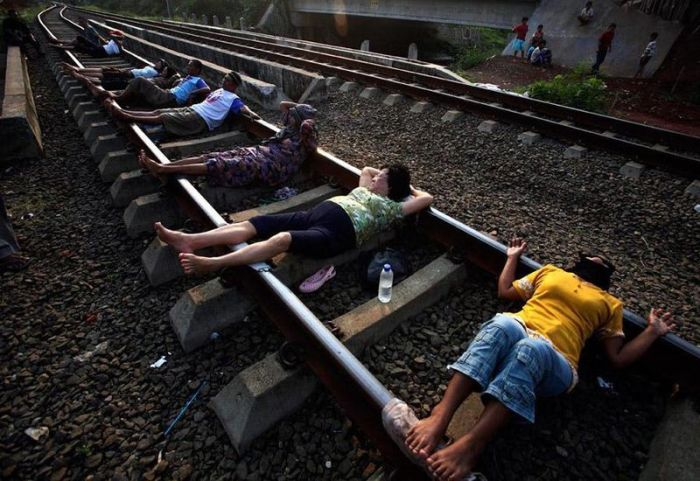 Railroad Tracks Therapy (17 pics)