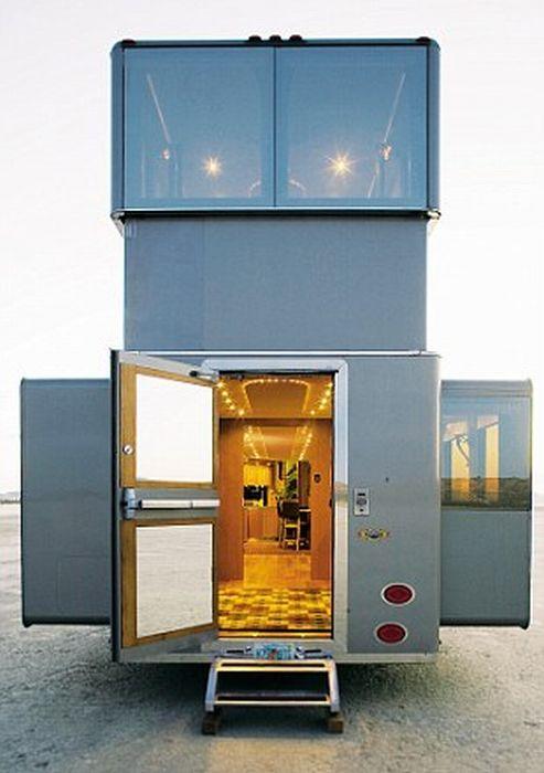 Ashton Kutcher's Villa on Wheels (9 pics)