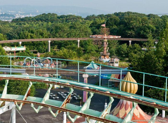 Abandoned Amusement Park in Japan (52 pics)