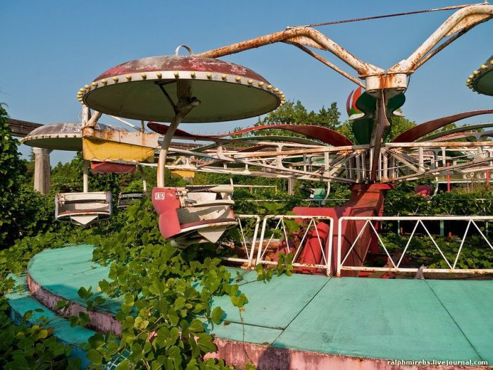 Abandoned Amusement Park in Japan (52 pics)