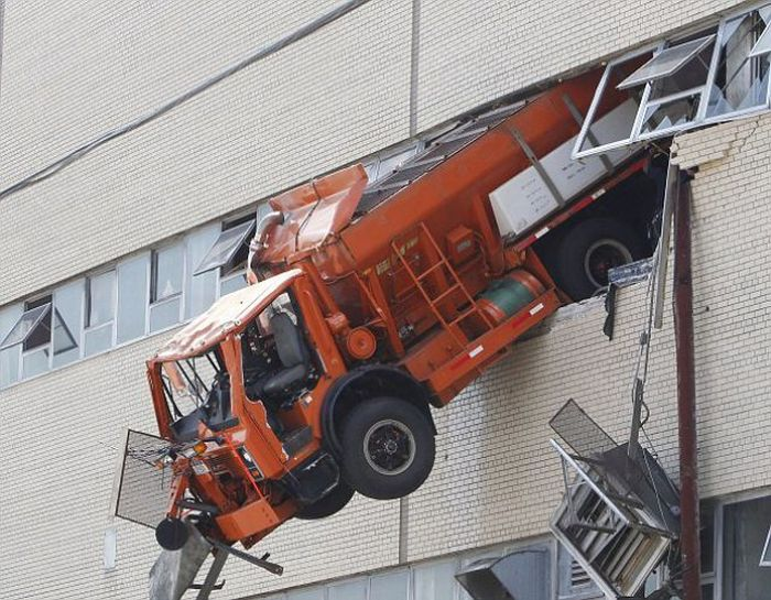 Just A Truck In The Wall (4 pics)