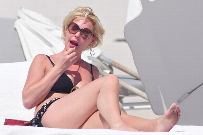 Sunbathing Celebrities (10 pics)