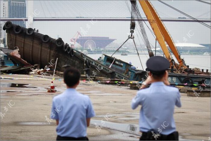Cargo Ship Hits Sand Barge in China (22 pics)