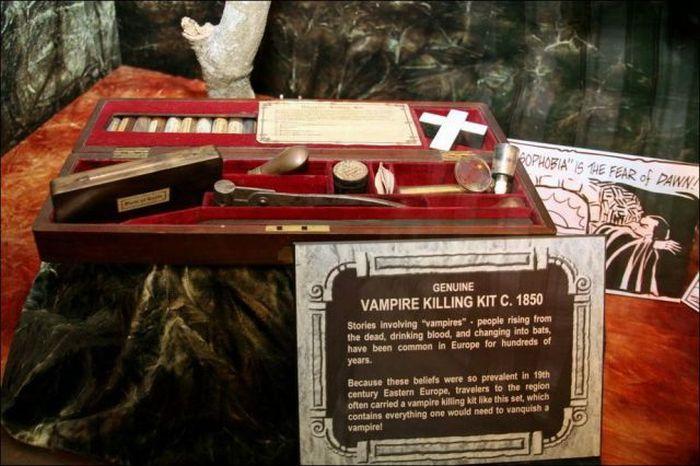 Vintage Vampire Hunting Kits (38 pics)