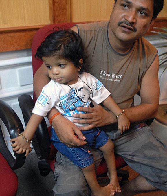 OMG! Indian Boy Born With 34 Fingers (4 pics)