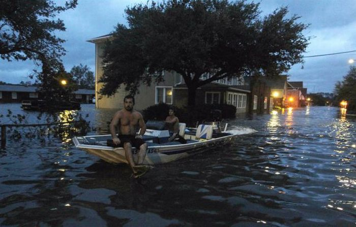 People Having Fun With Hurricane Irene (38 pics + video)