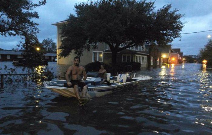 People Having Fun With Hurricane Irene (38 pics + video)