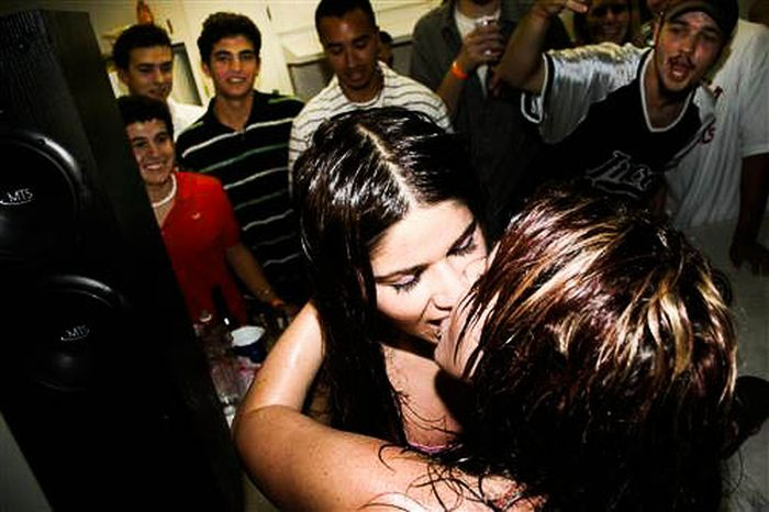 Funny Photobombs of Kissing Girls (59 pics)