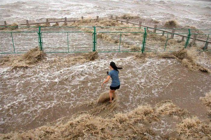 30ft High Tidal Bore of Qiantang River in China (28 pics)