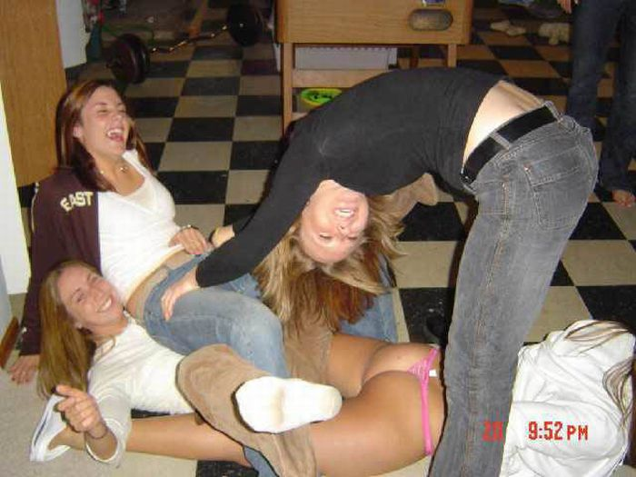 Drunk Girls Getting Pantsed (70 pics)