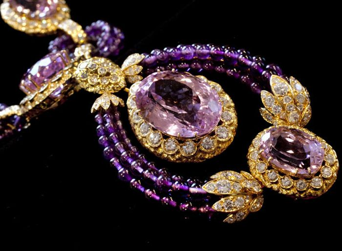 Elizabeth Taylor's Diamond Jewellery Going For Auction (17 pics)