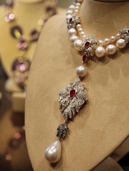 Elizabeth Taylor's Diamond Jewellery Going For Auction (17 pics)