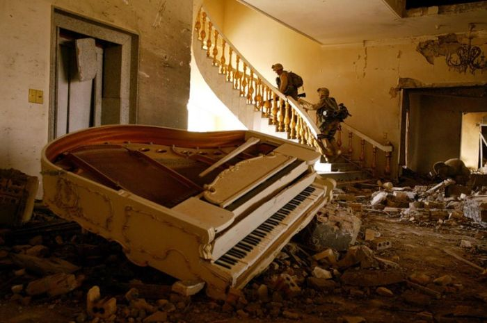Libyan Rebels and Army Inside Luxurious Villas (36 pics)