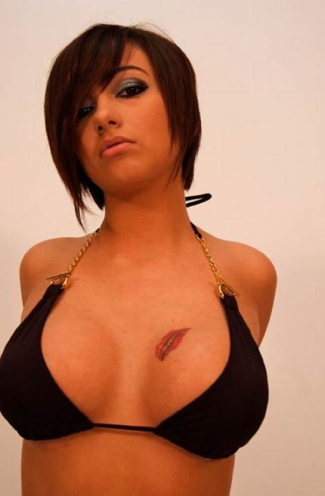 Attractive Cleavage Girls (43 pics)