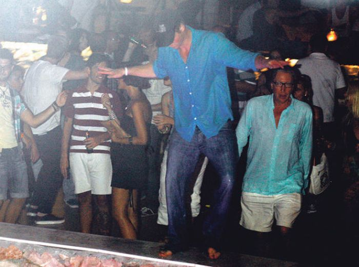 Prince Harry of Wales Likes to Party (13 pics + video)