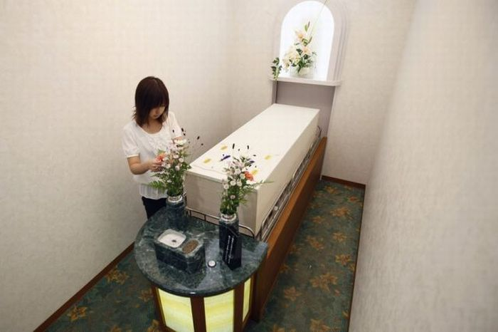Weird Hotel for the Dead in Japan (12 pics)