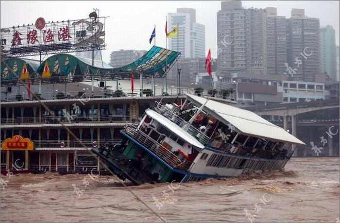 Floodwaters Destroy Restaurant Boat in China (7 pics)