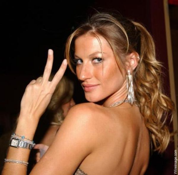 Sexy Girls Giving Peace Signs (40 pics)