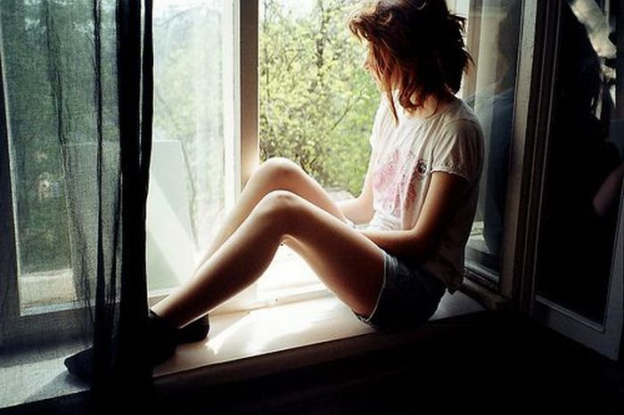 Hot Girls Looking Out Windows (26 pics)
