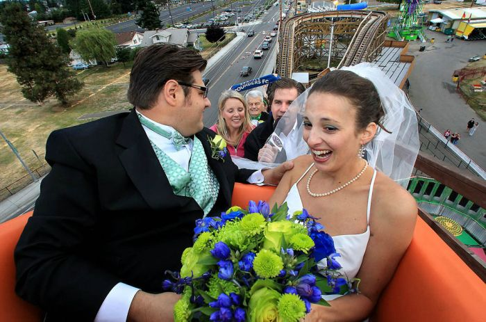 Wedding Ceremony on a Roller Coaster (14 pics)
