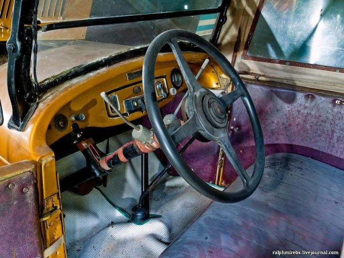 Abandoned Retro Car Museum in Japan (34 pics)