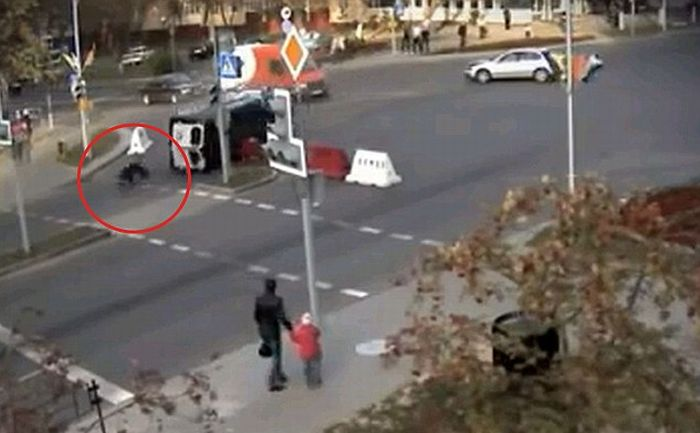 Police Officer Survives a Terrible Crash (4 pics + video)