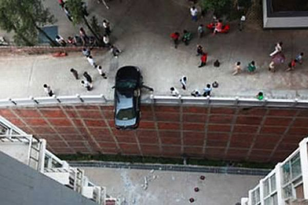 Amazing Pictures of Lucky Escapes (13 pics)