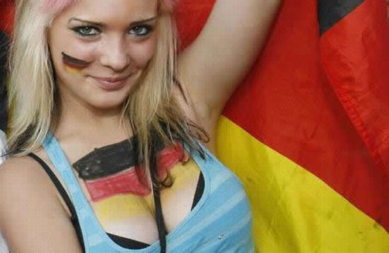 Hot Soccer Girls and Fans (25 pics)