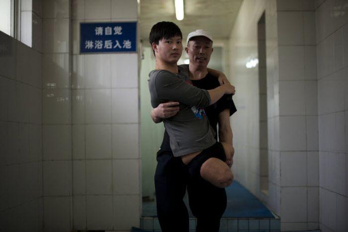 Strong Man Dai Guohong (19 pics)