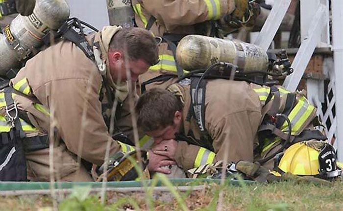 Firefighters Resuscitate Dog by Mouth to Snout (5 pics)