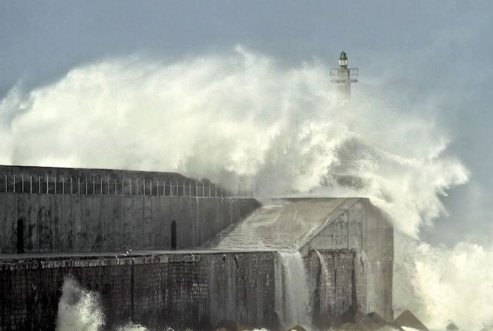 Lighthouses and Waves (43 pics)