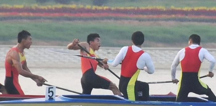 Violent Rowing (4 pics)