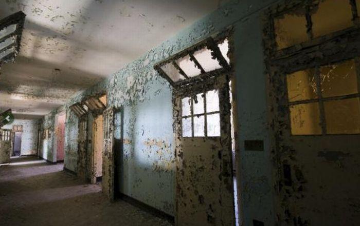 Inside New Jersey's Abandoned Mental Asylum (16 pics)