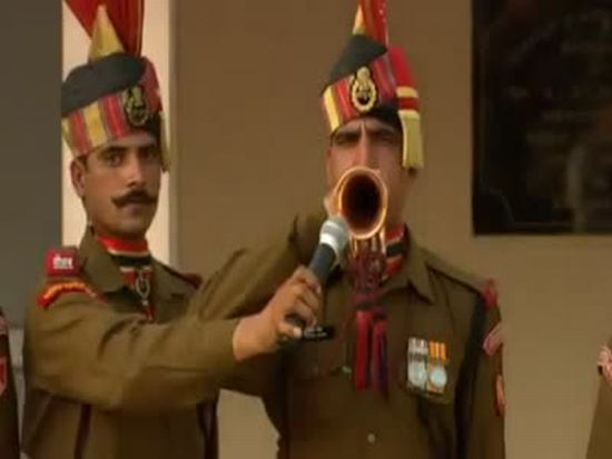 Strange Border Closing Ceremony in India and Pakistan