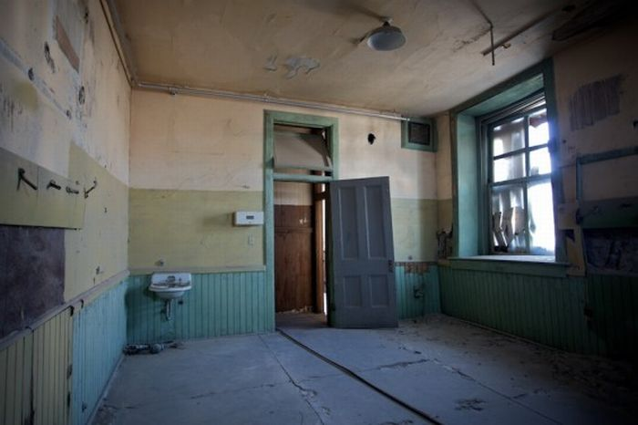 Abandoned High School in Goldfield, Nevada (20 pics)