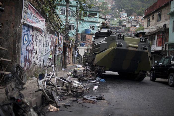 Brazilian Police vs Drug Traffickers. Part 2 (12 pics)