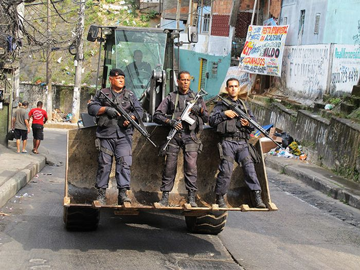 Brazilian Police vs Drug Traffickers. Part 2 (12 pics)
