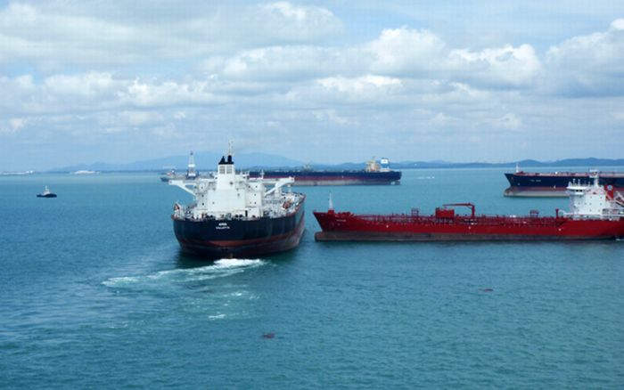 Tankers Almost Collided in Singapore (4 pics)