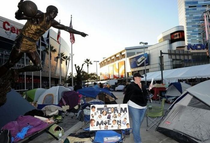 "Twilight Fans Waiting for ""The Twilight Saga: Breaking Dawn - Part 1"" Premiere (25 pics)"