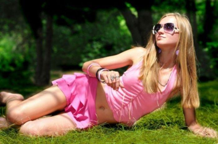 Pretty Girls Wearing Pink (22 pics)