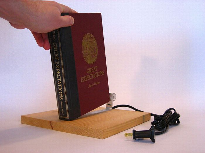 Book That Turns On the Lamp (6 pics)