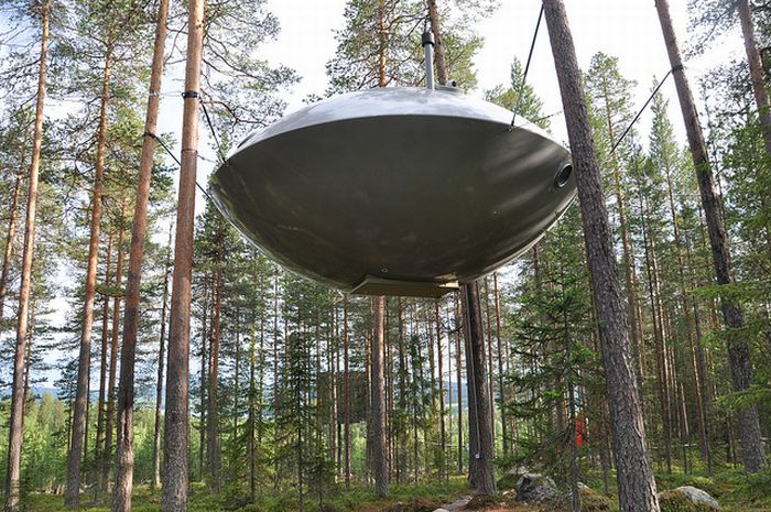 UFO Treehouse in Sweden (6 pics)