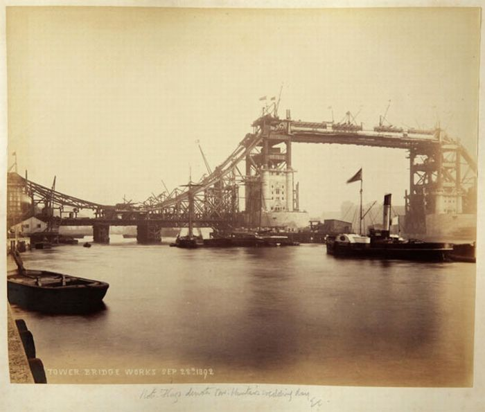 The Construction of London Tower Bridge (15 pics)