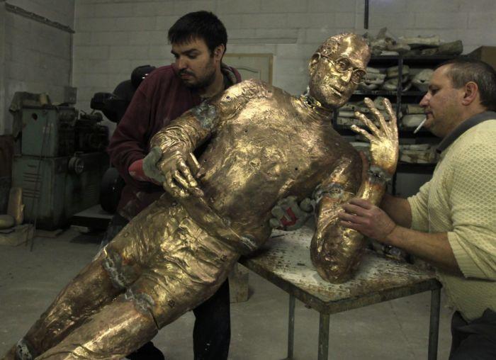 Steve Jobs Bronze Statue (10 pics)