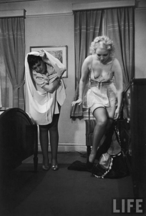 Striptease Lesson in 1937 (11 pics)