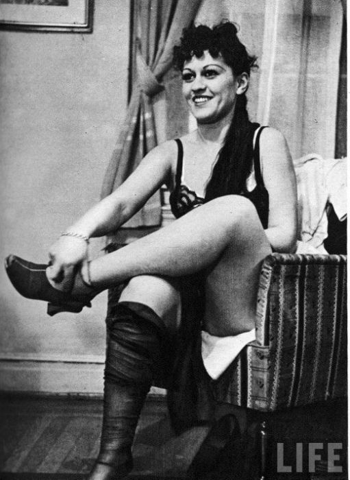 Striptease Lesson in 1937 (11 pics)