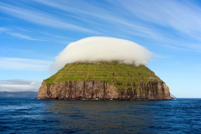 Beautiful Island with a Cloud Crown (22 pics)